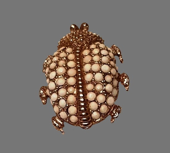 Beetle insect brooch. Metal alloy, faux pearls. 3.5 cm. 1980s