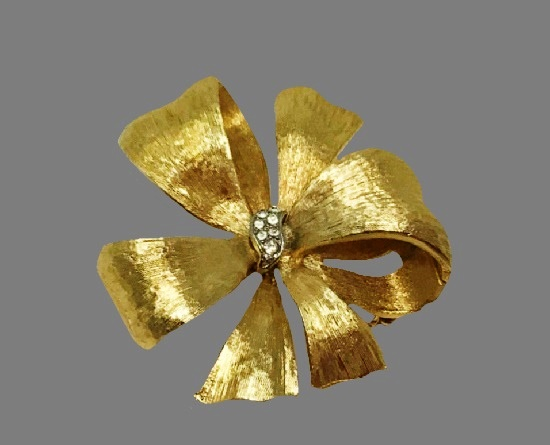 Bow brooch. Brushed gold tone, rhinestones