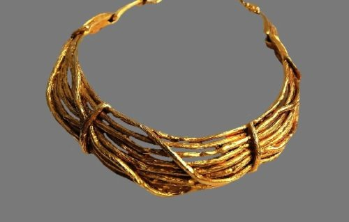Choker necklace of gold tone. 41 cm. 1994