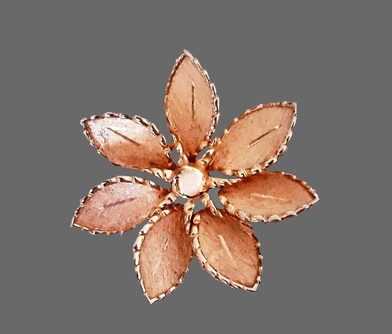 Daisy flower gold tone vintage pin