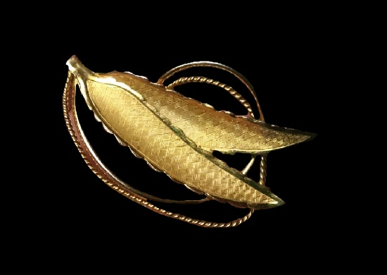 Double leaf brooch pin. Matte gold tone plated textured metal. 5.5 cm. 1970s