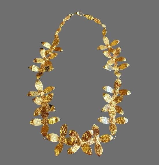 Flower design gold tone necklace