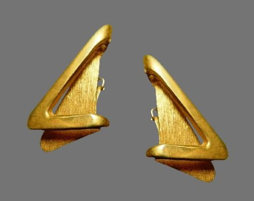 Geometric design gold tone clip on earrings. 5 cm. 1990s