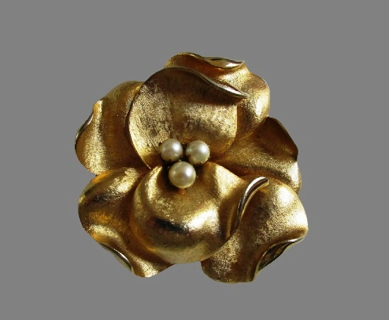 Magnolia vintage brooch pin. Gold tone, faux pearls