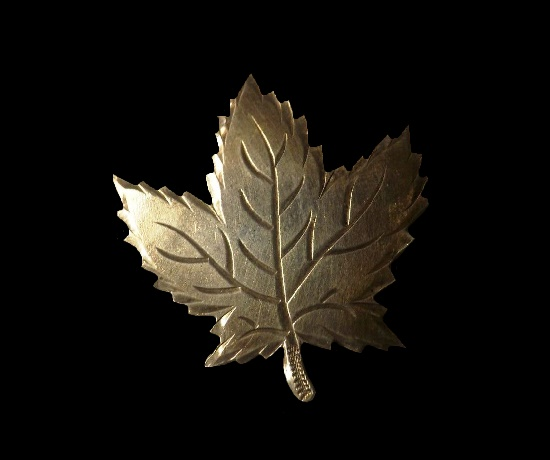 Maple leaf sterling silver pin