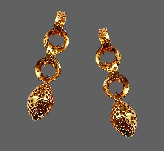 Matte gold tone dangle earrings. 9 cm. 1970s