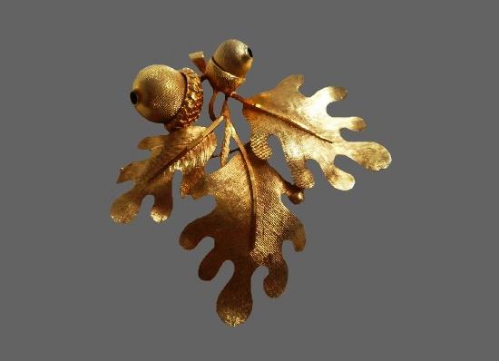 Oak leaves acorn brooch of gold tone