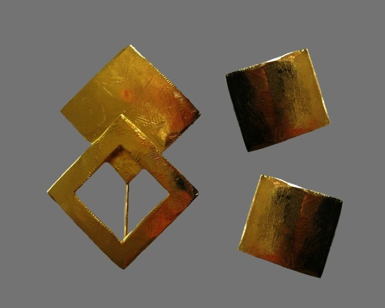 Square design brooch and clip on earrings of gold tone