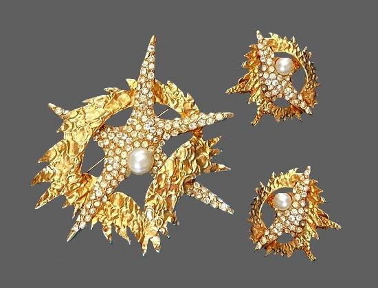 Starfish marine theme brooch and earrings. Gold tone metal alloy, rhinestones, faux pearls
