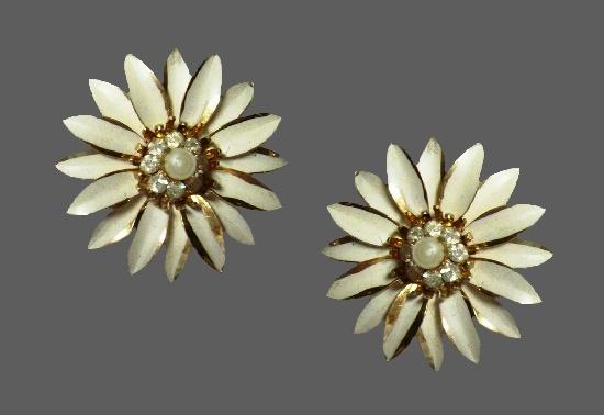 White daisy flower earrings. Gold tone, enamel, rhinestones