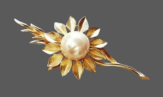 Daisy flower brooch. Gold tone, faux pearl