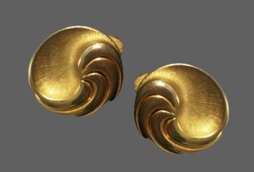 1980s swirl design clip on earrings of gold tone. 3 cm