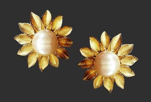 Daisy flower clip on earrings of gold tone. 1980s