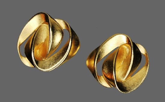 Ribbon knot design clip on earrings of gold tone. 3 cm. 1980s