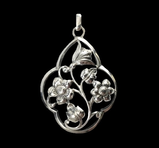 Flower design sterling silver pendant