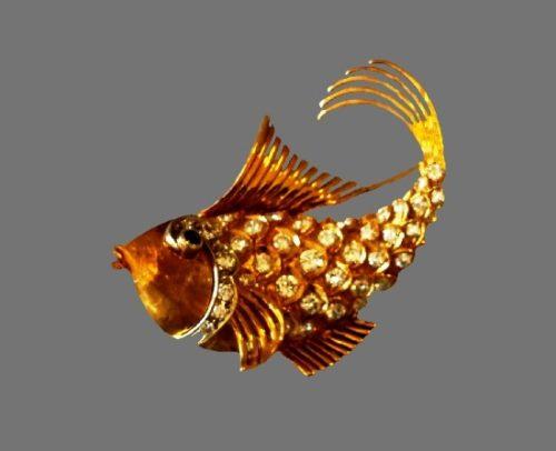 Gold fish brooch. 18 K gold, crystals