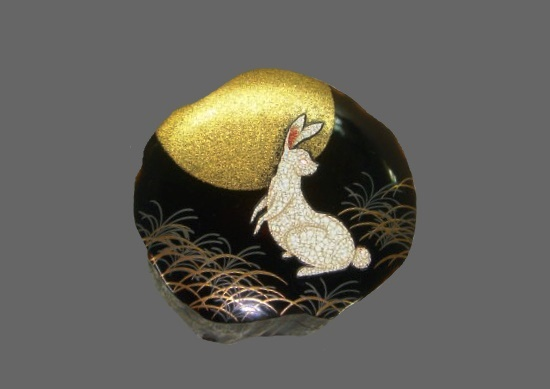 Incense amber case. A rabbit, one of the twelve horary signs, drawn in the Makie technique. Artist Yasunori Sakamoto