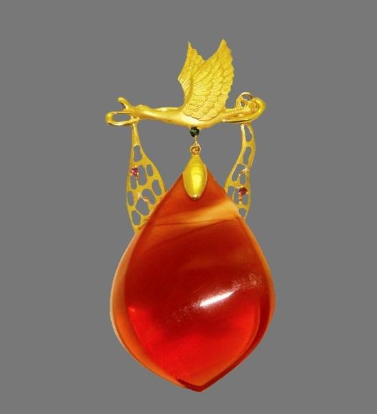 Stork carrying a stone of luck pendant. 18 K gold, amber, tourmaline, garnet, diamond. Artist Masao Uchida