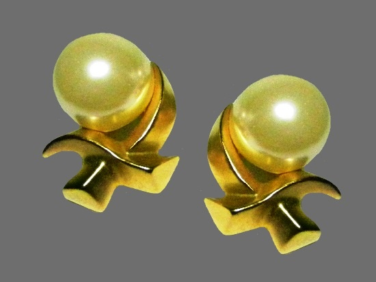 X-design faux pearl earrings of gold tone