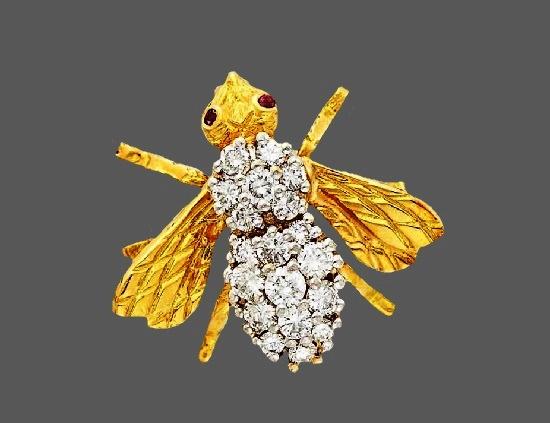 Yellow gold winged bee brooch. Diamonds, emerald, 18 K gold