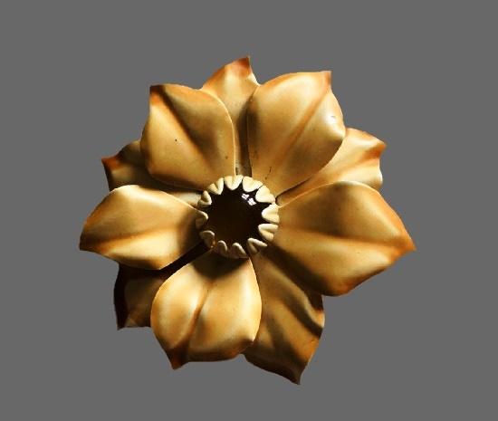 1960s Daisy flower brooch pin. Gold tone metal, beige enamel, art glass