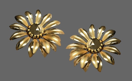 Daisy flower clip on earrings of shiny gold tone