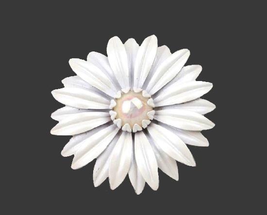 White daisy enameled brooch. 1960s