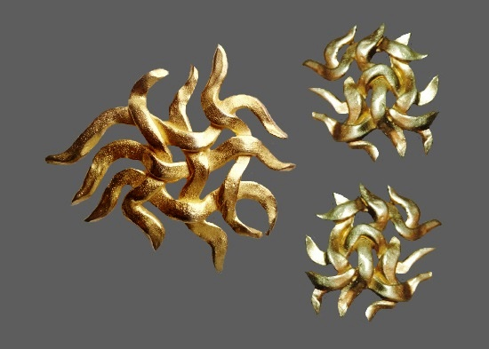 Abstract design gold tone brooch. 6 cm