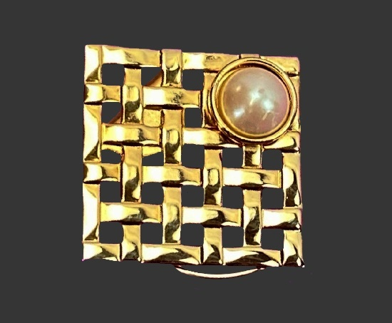 Basket weave square shaped gold tone faux pearl scarf pin. 1980s
