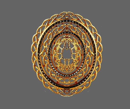 Filigree design oval shaped pendant. Gold plated, glass. 8.5 cm. 1970s