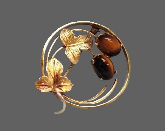 Nuts and leaves in circle vintage brooch. 14 K gold plated metal alloy, art glass. 2.7 cm. 1970s