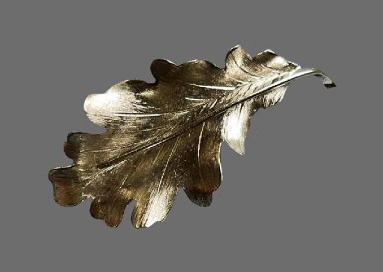 Oak leaf sterling silver brooch. 6.5 cm. 1950s