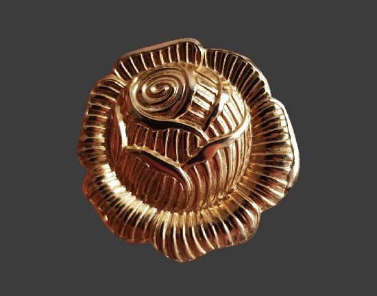 Rose design gold tone textured metal scarf clip. 3.8 cm. 1990s