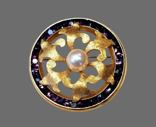 Round shaped brooch pin. 14 K gold, amethyst, pearl