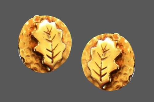 Round shaped oak leaf design gold tone clips