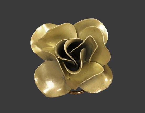Shimmer enamel three-dimensional flower scarf clip