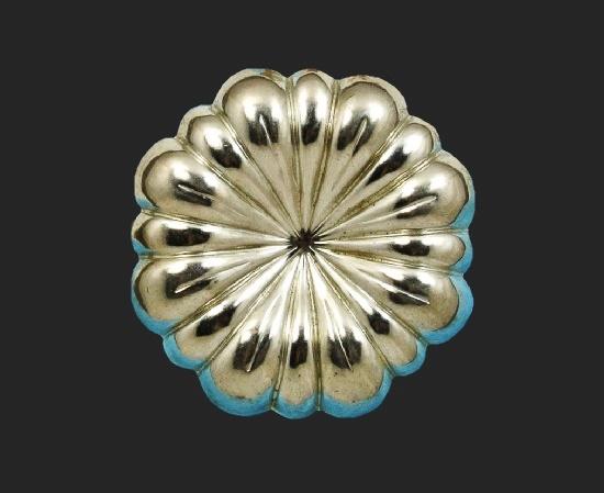 Silver tone flower design scarf clip. 4.5 cm. 1980s