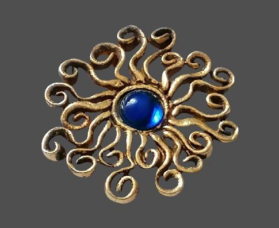 Sunburst flower brooch. Gold tone metal alloy, art glass. 4.5 cm. 1980s
