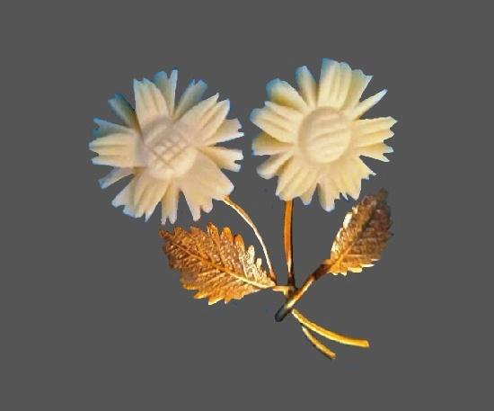 White flower brooch. 14 K Gold filled metal alloy, carved bone. 3 cm. 1970s