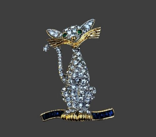Cat vintage brooch pin. Gold tone metal alloy, rhinestones