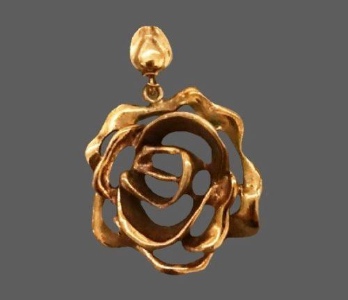 Floral rose design bronze pendant. 4.8 cm. 1970s
