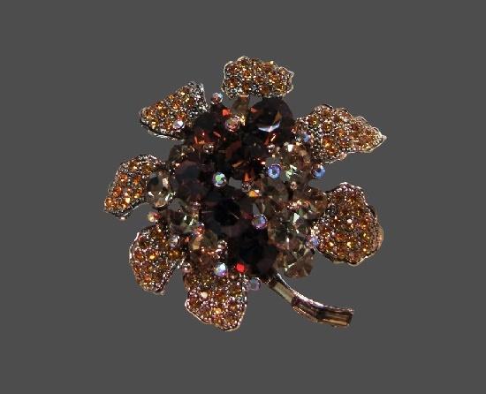 Flower brooch. Gold tone alloy, rhinestones