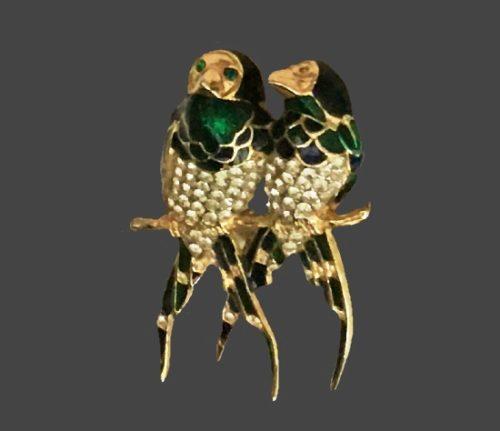 Love birds vintage brooch. Gold tone alloy, rhinestones, enamel