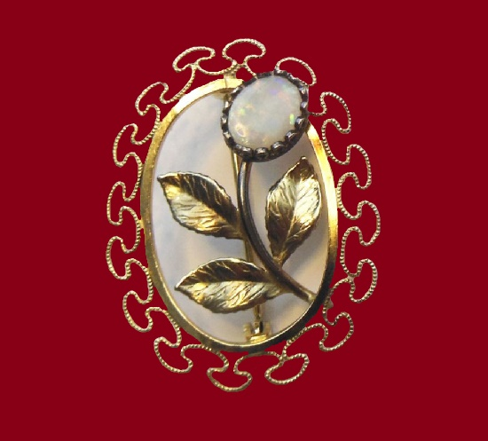 Opal flower filigree frame brooch. 12 K gold, fire opal. 3.5 cm. 1970s
