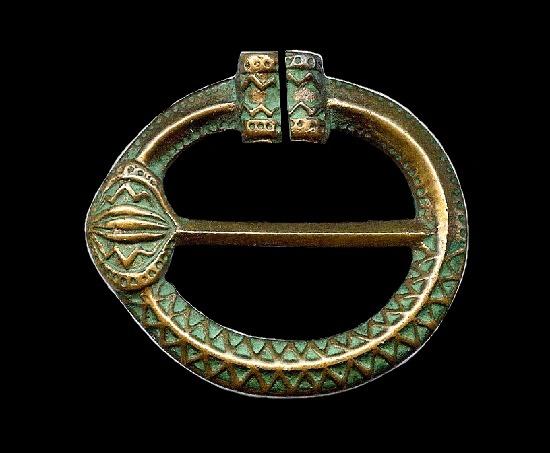 Ornate pennanular bronze pin