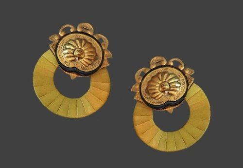 Pierced earrings from Antique Thais collection